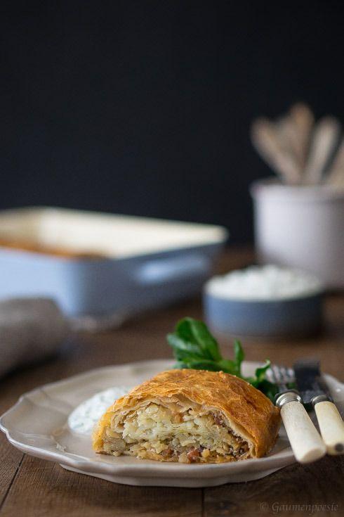 Kartoffelstrudel nach steirischem Rezept aus rohen Kartoffeln, würzigen Speckwürfel und selbst gezogenen Strudelteig.