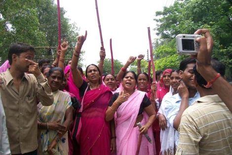 La 'Banda del Sari Rosa': contra la violencia de género y el sexismo en la India