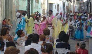 En Santiago de Cuba: La Tumba Francesa, patrimonio intangible de la Humanidad. En Cuba se entiende por Tumba, la unión de tambores, bailes y cantos, dándole el matiz refinado de los negros franceses. Como dialecto o lengua en que se interpretan los cantos se reconoce el español y el creole, con una fuerte fonética africana cargado por vocablos de la lengua francesa y un profundo sentido epopéyico, de rebeldía, identidad de lo propio, lirismo, dramatismo y sátira.