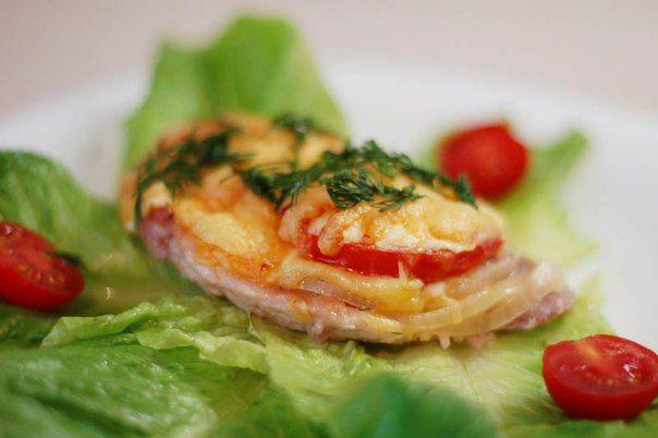 """Диетическое """"мясо по-французски"""" из куриного филе  Итого на 100 грамм - 85 ккал: Белки- 8 Жиры - 3 Углеводы - 4  • куриное филе — 2 шт. (250 г) • помидор 2 шт. • репчатый лук — 2 шт. • яйцо куриное — 1 шт. • сыр любой нежирный и твердый — 100 г • натуральный йогурт 1 ст. л. • перец черный молотый, соль  Приготовление:  Для приготовления мяса по-французски из курицы филе порезать на тоненькие кусочки. Отбить. Кусочки курицы сложить в миску и помыть. Яйцо взбить, добавить к курице, п"""