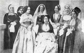 Φωτογραφία που απεικονίζει την Μαρία Μοναρχίδη σύζυγο του Ψαριανού αγωνιστή και πολιτικού Αναγνώστη Μοναρχίδη και κόρη του Ναυάρχου των Ψαρρών Νικολή Αποστόλη. Εικονίζονται οι κυρίες επί των τιμών της Βασίλισσας Αμαλίας μια από αυτές και η Μαρία Χαρακτηριστικό είναι ότι όλες φορούν της παραδοσιακές φορεσιές του τόπου τους. ( Ο Αναγνώστης και η Μαρία Μοναρχίδη είναι προπαππούδες του μεγάλου ζωγράφου Γιάννη Τσαρούχη από την πλευρά της μητέρας του Μαρίας Μοναρχίδη).