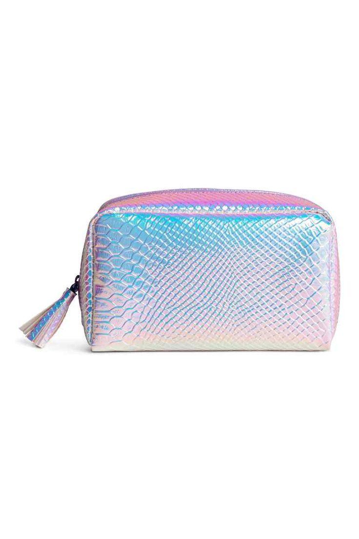 Make-uptasje: Een make-uptasje van imitatieleer. Het tasje is gevoerd en heeft een rits met een kwastje boven. Afmetingen 6x10,5x18,5 cm.