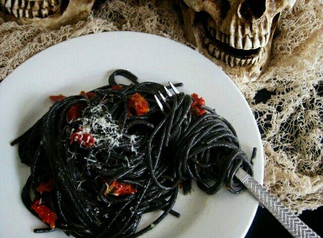 Zwarte spaghetti, kleuren met inktvis inkt of voedingskleurstof