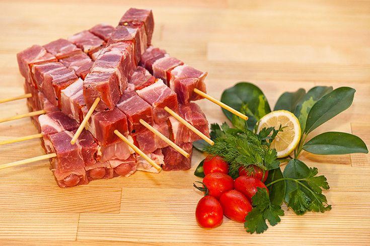 Πιο μαλακά και πιο νόστιμα δεν θα τ' έχετε φτιάξει ξανά!! Υλικά για 4 άτομα 800γρ χοιρινό κρέας κομμένο σε μπουκιές (χωρίς λίπος και νέυρα) Για τη μαρινάδα: 4 κουταλιές της σούπας ελαιόλαδο χ…