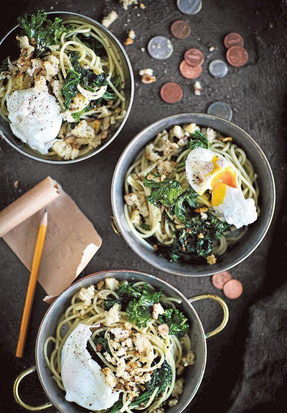 Valmistusaika: esivalmistelut 10 min + keittämiseen 10 min Hinta: noin 2,50 e/annos  400 g lehtikaalia 8 valkosipulinkynttä 1 salottisipuli ¾ dl oliiviöljyä 350 g spagettia tai muuta pastaa 2 rkl sitruunamehua sormisuolaa muutama kierros mustapippuria myllystä  Uppomunat: 4 huoneenlämpöistä (luomu)kananmunaa 2 l vettä 2 rkl väkiviinaetikkaa  Tarjoiluun: 1 dl raastettua parmesaania tai paistettuja leivänmuruja 4 uppomunaa  Voit tehdä uppomunat valmiiksi ensin.