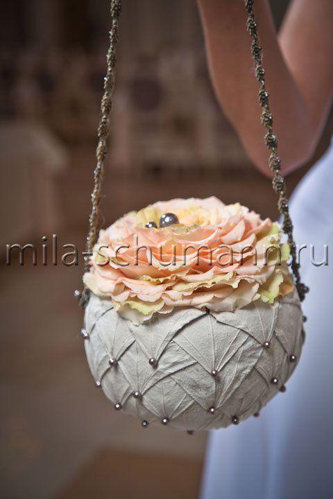 Bol geprikt met blad,bovenop een Rosamelia= in elkaar gelijmde roos