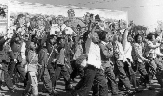 """Guardias rojos chinos, estudiantes de secundaria y universitarios, ondeando copias del """"Libro Rojo"""" del Presidente Mao Zedong, desfilan en las calles de Beijing al comienzo de la Revolución Cultural en junio de 1966. Durante la Revolución Cultural de China (1966-1976), bajo el mando De Mao, los guardias rojos arrasaron gran parte del país, humillando, torturando y matando a los que percibían como enemigos de clase, además de saquear símbolos culturales que se consideraban no representativos…"""