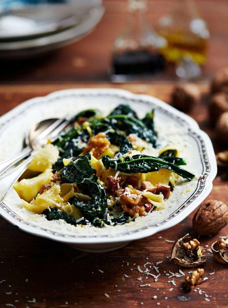Lättlagad och läcker pastarätt med svartkål, sidfläsk, parmesan och valnötter