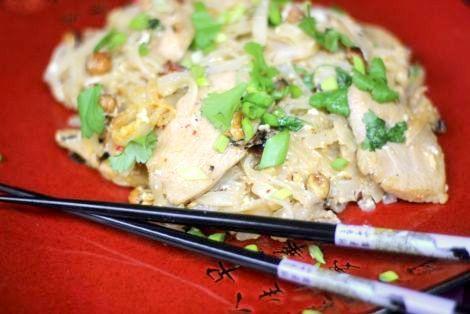 Tajska kuchnia jest znana i lubiana na całym świecie. Oto łatwy przepis na kurczaka w tajskim stylu - Pad Thai z Kurczakiem. Smakowało? Nie zapomnij skomentować:)
