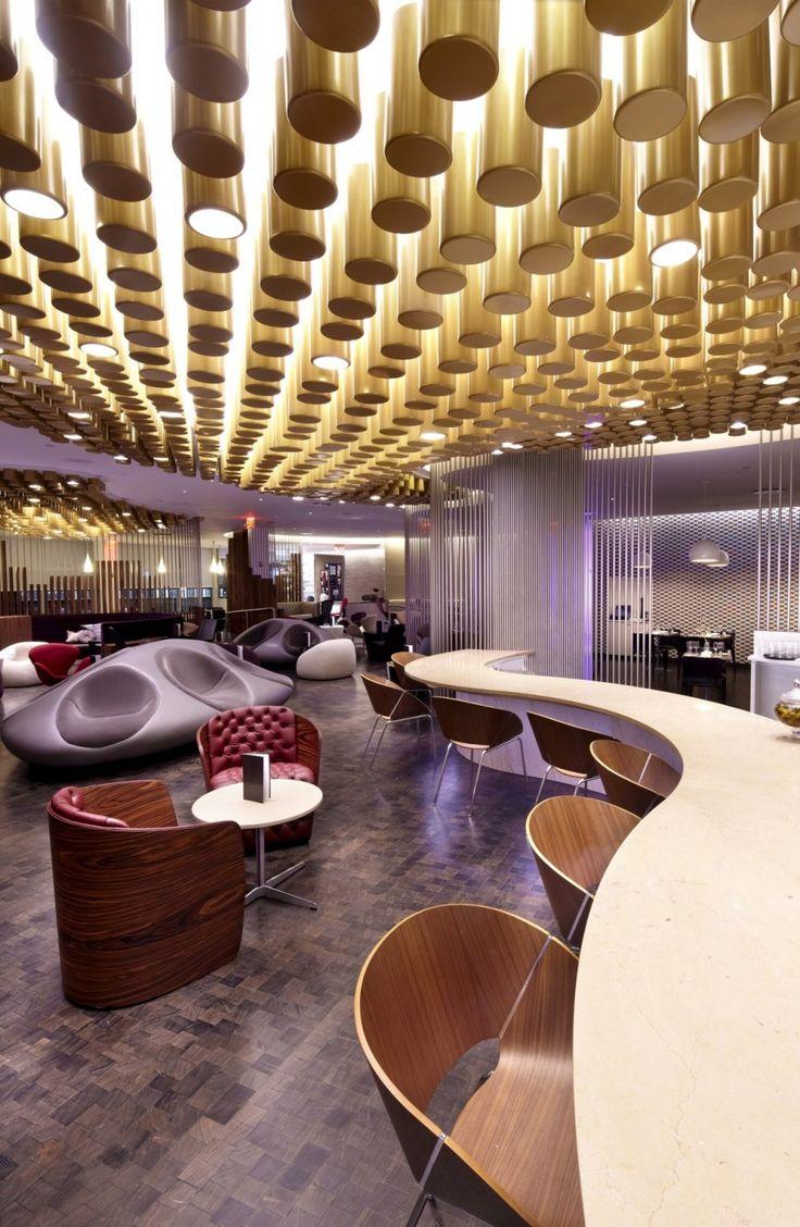 Зона отдыха в аэропортах: декор потолка в виде золотых цилиндров