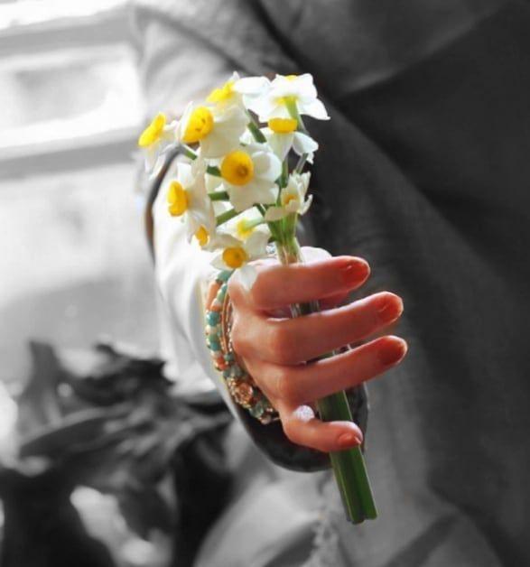 قاصدک شعر مرا از بر کن برو آن گوشه باغ سمت آن نرگس مست و بخوان در گوشش و بگو باور کن یک نفر یاد تو Girls With Flowers