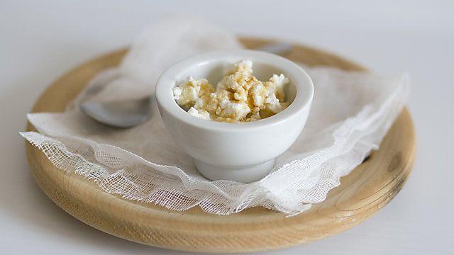 Ricotta fatta in casa con 4 ingredienti: Latte, panna da montare, aceto e sale