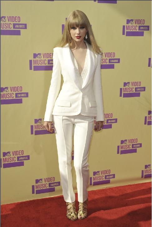 Taylor Swift az MTV Video Music Awards-on, hófehér J. Mendel nadrágkosztümben  forrás: instyle.hu