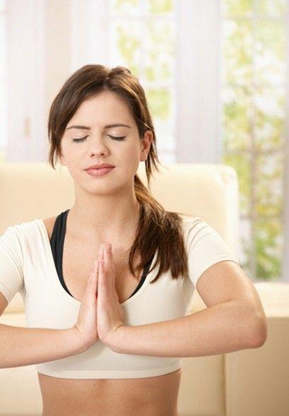 バストアップは、大胸筋を 筋トレ する必要がある。 まず、背筋を伸ばし姿勢を良くします。そして、両手を胸の前で合わせます。掌の腹の部分とバストトップが同じくらいになるようにし、肘は、手のひらと同じ高さです。合わせた手をぐーっと15秒ほど押し合います。このとき、腕や手に意識がいっていてはいけません。鍛えたいのは大胸筋ですから、大胸筋を意識しながら行います。 1回15秒で3セット