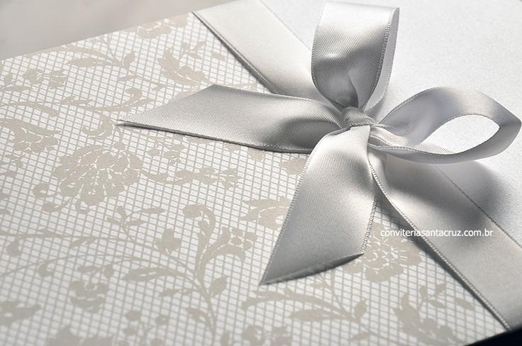 Detalhe da impressão em silkscreen imitando renda e do laço em cetim branco.