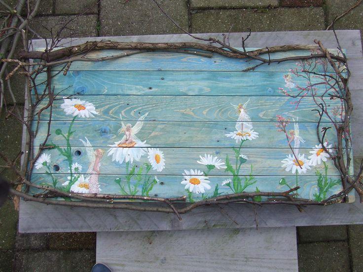 houten schilderij elfjes en margrietjes voor aan de schuur