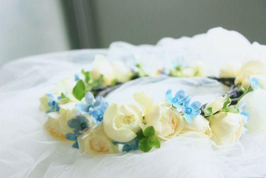 エバーグリーン花日記:サムシングブルーの花冠。ほんのり温かみのある白バラ「スウィートオールド」とブルースター「ピュアブルー」の組み合わせ。