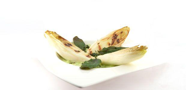 De gegrilde witlof met een creme van prei is een exclusief uitziend, maar wederom snel en super gezond recept. Het gerecht smaakt voortreffelijk.
