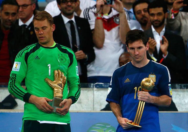 Neuer e Messi Manuel Neuer com o troféu de melhor goleiro da Copa e Messi com o prêmio de melhor jogador da competição. 13/07/2014.
