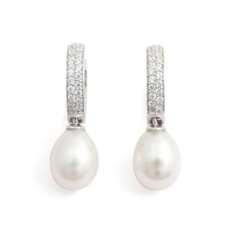 Sierlijke parel oorbellen met ovale zoetwaterparels aan zilveren creolen die zijn bezet met zirkonia's.  De witte parels zijn ca. 7 x 9 mm.