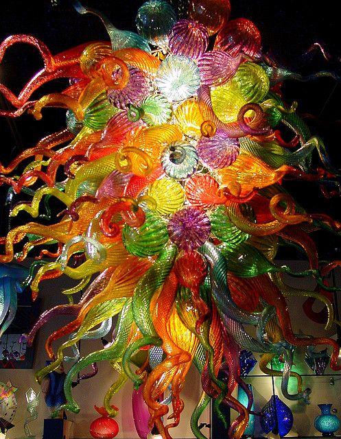 Je pense que c'est plein de vase superposer ensemble puisque je suis sur que si on y toucherais on sentirait la texture qui est ligné. Il y a beaucoup de couleur chaude tels que le rouge, jaune, orange et un peu de vert. On voit la lumière blanche transpercer de cette œuvre! En voyant ceci j'ai une un surprise qui c'est transformé en joie car on dirai un explosions de couleurs, a cause des petits tourbions ou juste de boulle qui sorte en 3d!!!