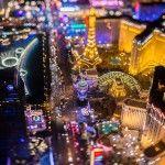 El fotógrafo Vincent Laforet nos muestra la otra ciudad de Las Vegas fundada en 1905, una que además de espectáculos y apuestas, sólo podemos ver desde las alturas y resulta en un paraíso de luces y neón.