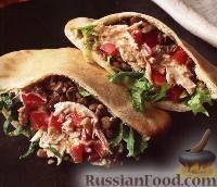 Фото к рецепту: Пита с курицей, чечевицей и соусом из пасты тахини