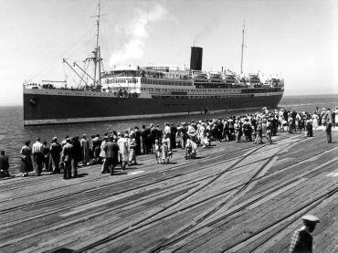 Wachtenden op de kade bij aankomst van een migrantenschip in Sidney, Australi묠1954.
