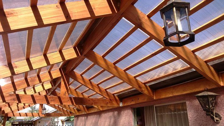 Cobertizo de madera y techo de policarbonato por Cristian Carreño. El proyecto era la construcción de un cobertizo de madera de 10 metros de largo por 2,5 metros de ancho en la entrada de vehículos de la casa.