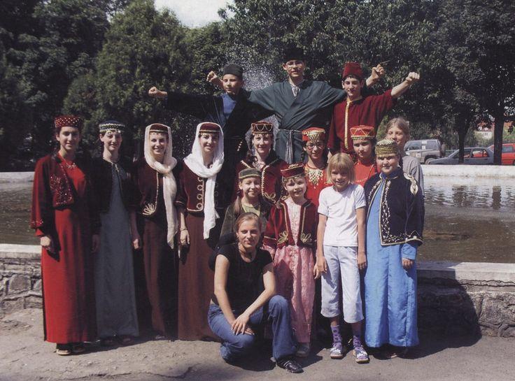 düğün öncesinde gelin hamamı yapılması adetini hepimiz çok iyi biliriz. Karay Türklerinde de düğünden önce kız tarafı hamama götürülür.