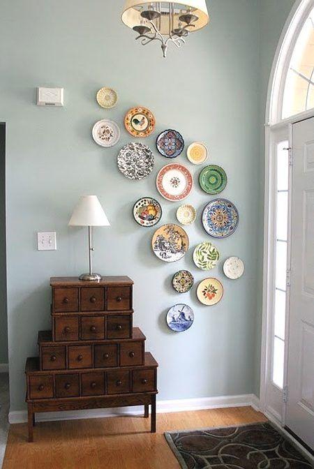 decora con una colección de platos el recibidor