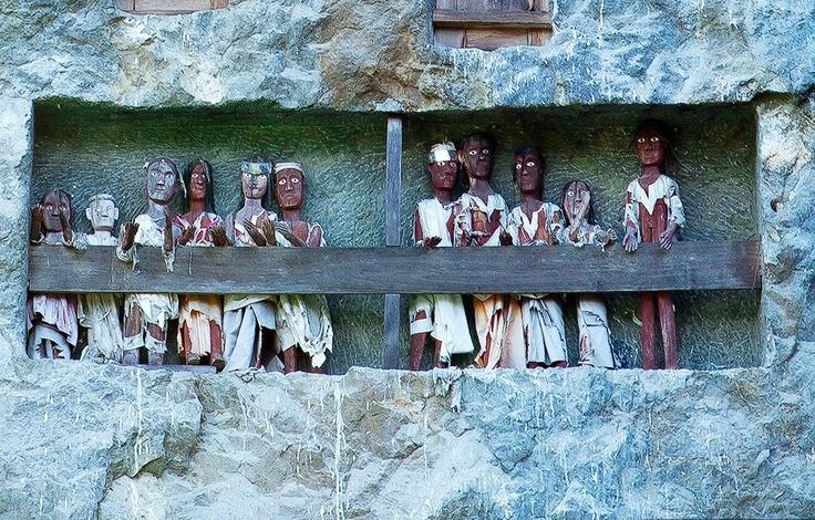 Patung kayu atau yang disebut tau tau, diletakkan di depan situs pekuburan tebing Tana Toraja, Sulawesi Selatan. Tau-tau ini memperlihatkan penampilan pemiliknya sehari-hari, yang tak lain adalah jenazah yang dimakamkan di tempat ini.