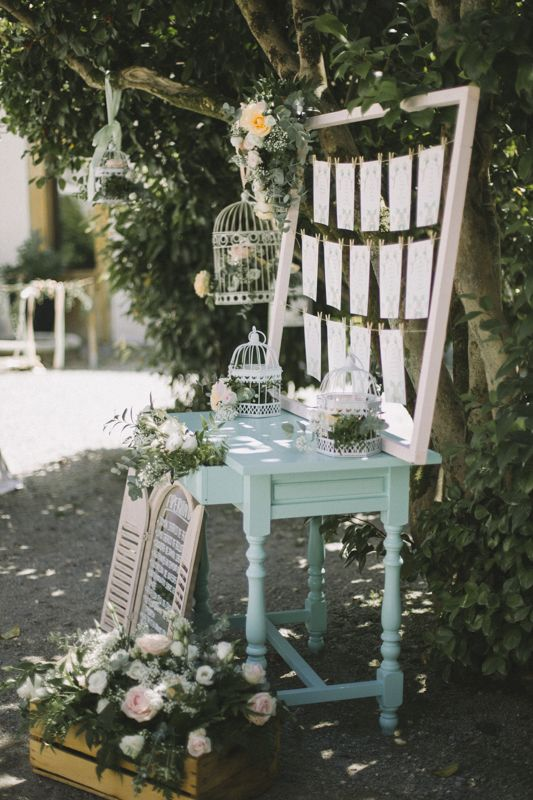 El seating plan en tonos pastel y decoración romántica con un punto vintage. Foto, Días de Vino y Rosas