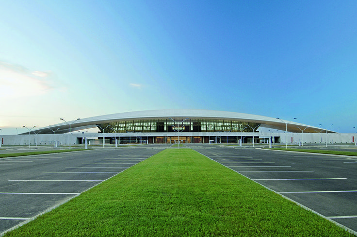 Carrasco International Airport | Rafael Viñoly Architects | View of passenger drop-off and parking area. Photo: Daniela Mac Adden