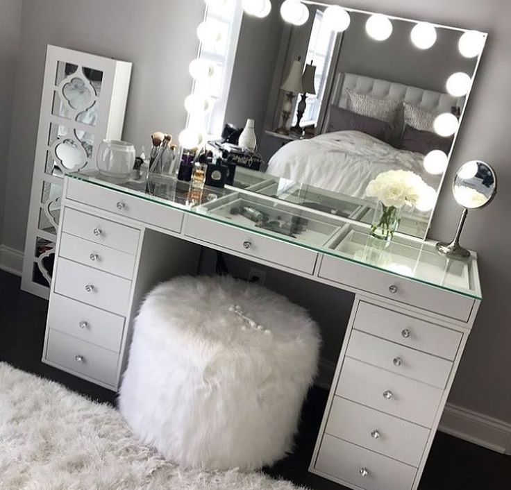 Look at headboard and pillows in mirrors reflection