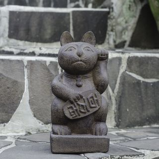 Stone Japanese Maneki Neko 'Lucky Cat' Satuette (Indonesia) | Overstock™ Shopping - Great Deals on Garden Accents