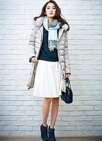 エレガントなグレージュ色のダウンコートでフェミニンな印象♡結婚式に着ていくおすすめのコート♡