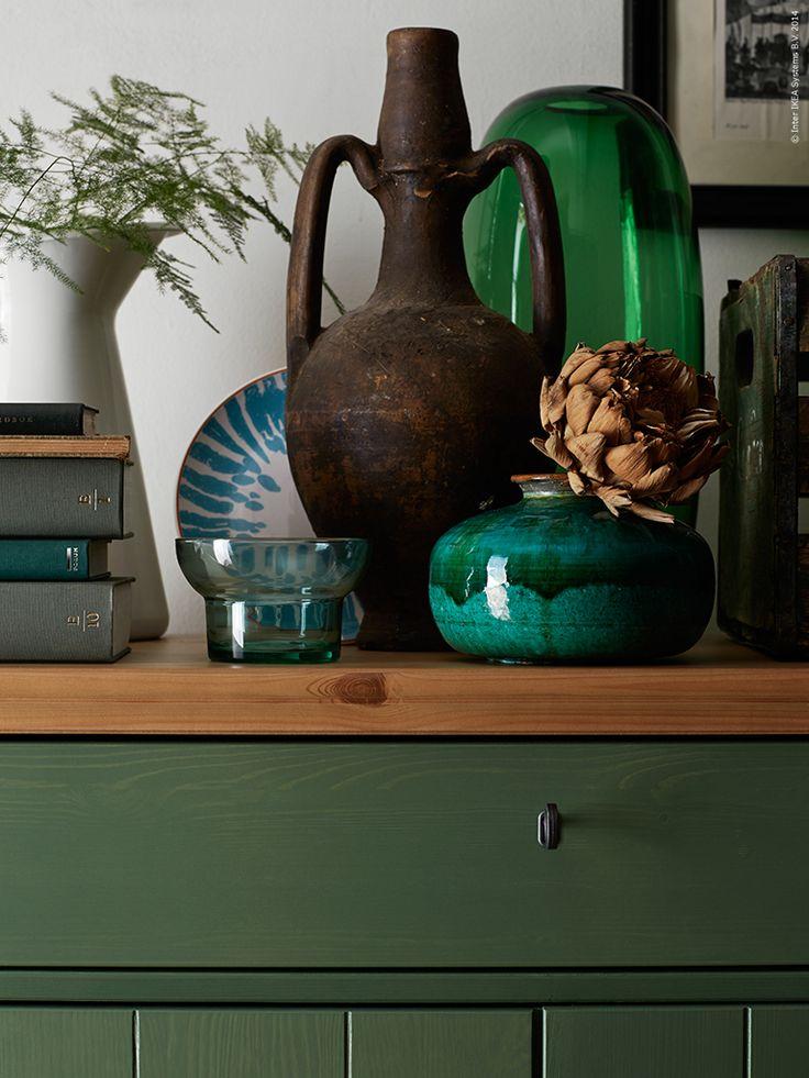 En färg hämtad från växtriket som inspirerar. Härlig att inreda med till hösten, en dovare mjukare grön som nästan drar åt det grå hållet. Jag vill kalla den olivgrön, en klassisk nyans som passar till det mesta.
