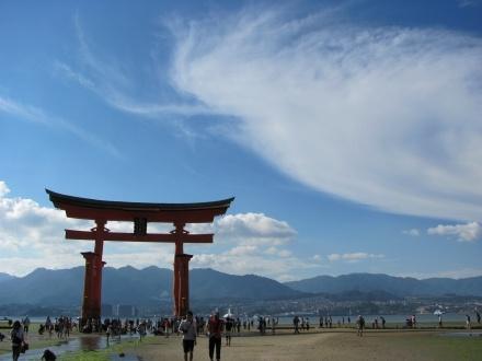 http://www.tabi-go.jp/14607/ たなきゅうさんの投稿作品:夏休み、電車旅(厳島神社大鳥居)