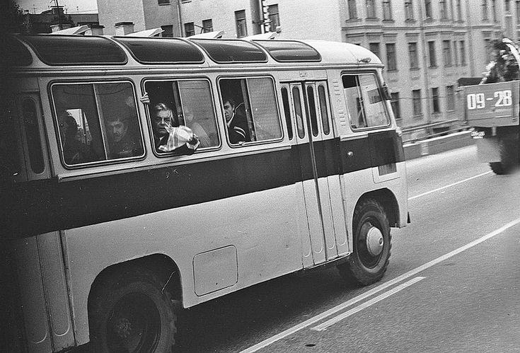 28 июля 1980 года. Автобус с труппой театра на Таганке направляется на Ваганьковское кладбище. В окне - Ю.Любимов.<br />