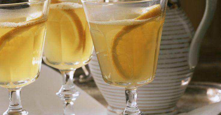 Weißer Glühwein ist ein Rezept mit frischen Zutaten aus der Kategorie Südfrucht. Probieren Sie dieses und weitere Rezepte von EAT SMARTER!