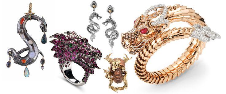L'année du #dragon  2012 marque le passage dans l'astrologie chinoise à l'année du dragon. Signe d'harmonie et de prospérité, cet animal chimérique et fantasmé se décline en boucles d'oreilles, colliers ou en pendentif pour repousser le mauvais oeil. Apprivoisé par une multitude de pierres précieuses qui recouvrent ses écailles, le dragon darde son regard de braise sur une bague en or blanc ou s'enroule avec malice autour de l'oreille, prêt à bondir. Un animal totem aussi séduisant que…