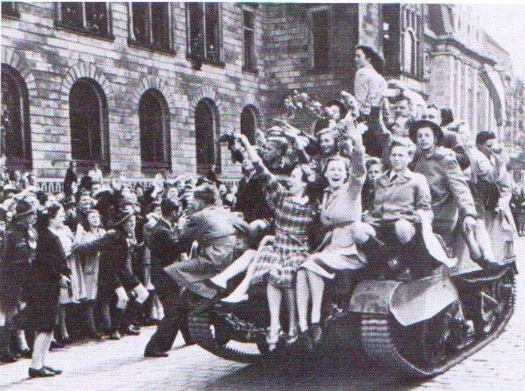 Enkele dagen na de capitulatie van de Duitsers op 5 mei 1945 trokken de Canadezen Rotterdam binnen. Hier de intocht van de bevrijders op 8 mei 1945, bij het stadhuis.