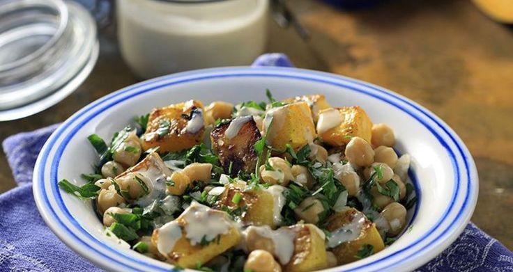 Σαλάτα ζεστή με κολοκύθα, ρεβίθια και σάλτσα από ταχίνι