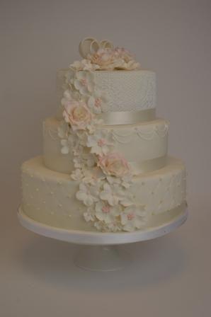Bruidstaart met bloemenwaterval.