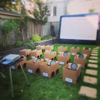 Organize uma festa de quintal para as crianças ao estilo cinema drive-in, aproveitando caixas de papelão. | 51 soluções econômicas e geniais que você pode fazer em seu quintal