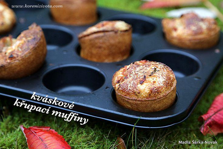 Kváskové křupací muffiny nalijte do formy ob jednu prohlubeň, aby měly prostor kolem sebe