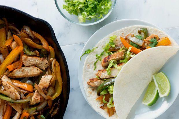 Ειδικά το σαββατοκύριακο ένα μικρό πάρτυ, ένα γιορτάκι, μπορεί να προκύψει από το τίποτα. Τα αναγκαία της μάζωξης των φίλων λιγοστά: ποτό και φαγητό. Η λύση βρίσκεται στο μεξικάνικο street food και τα φαχίτας, κοτόπουλο με λαχανικά και δροσερή σάλτσα τυλιγμένα σε τορτίγιας, τις καλαμποκένιες πίτες - πασπαρτού.