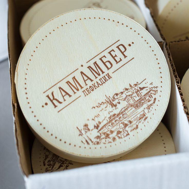 Камамбер Лефкадии — это мягкий сливочный сыр, созданный и выдержанный по классической французской рецептуре из цельного коровьего молока. Кремообразное мягкое сырное тесто с деликатным трюфельным привкусом покрывает бархатистая корочка благородной белой плесени.