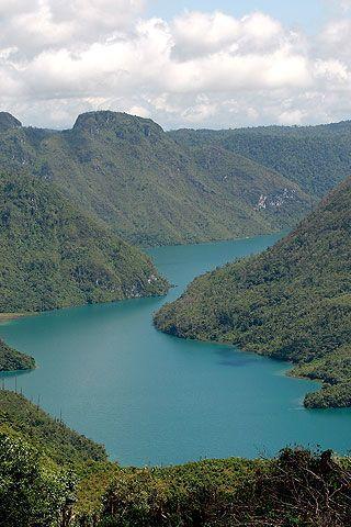 La laguna azul #YoAmoAGuatemala: Hay lugares que por su belleza, su historia o su simbolismo son buténticos íconos de todo el país